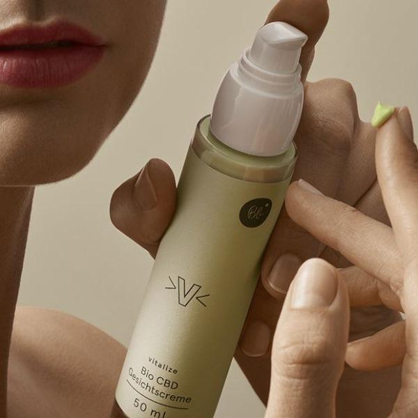 Bio CBD Gesichtscreme mit Hyaluron und viele Vitaminen. 100% Natürliche Inhaltsstoffe